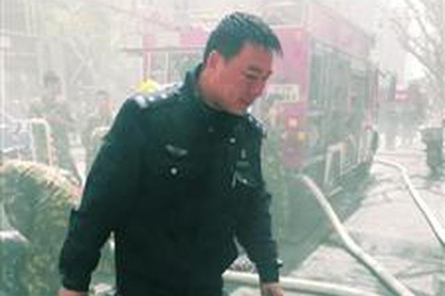 沪老式小区发生火灾 派出所副所长三度冲入火场救3人