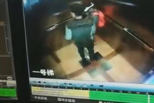 男子在电梯内对小女孩露下体多次逼近 警方已介入调查
