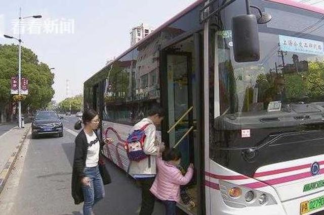 私家车占道致公交难停靠 乘客不得已横穿车道上车