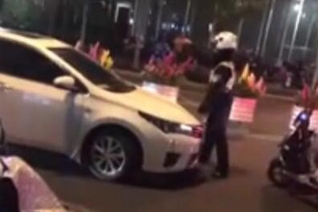 轿车司机违停被查 为加速逃离拖行执法民警近百米