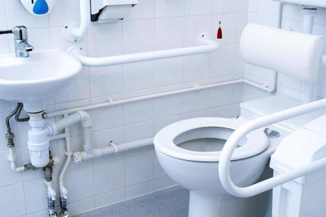暗访沪上多家三甲医院厕所:大多不卫生 黑广告乱贴
