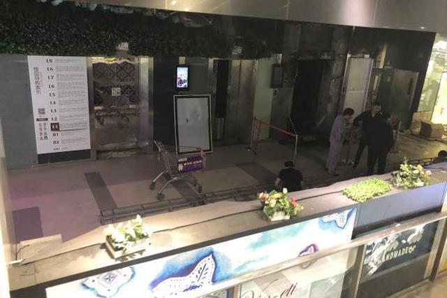 上海一商场电梯广告屏着火 商场拒透露涉事广告公司