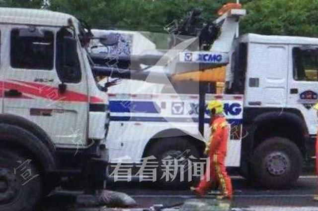 宝山发生事故 大型车上钢管冲破驾驶室司机当场身亡