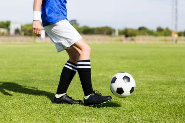 學生體育課踢球發生碰撞一人受傷 一起踢球同學無過錯