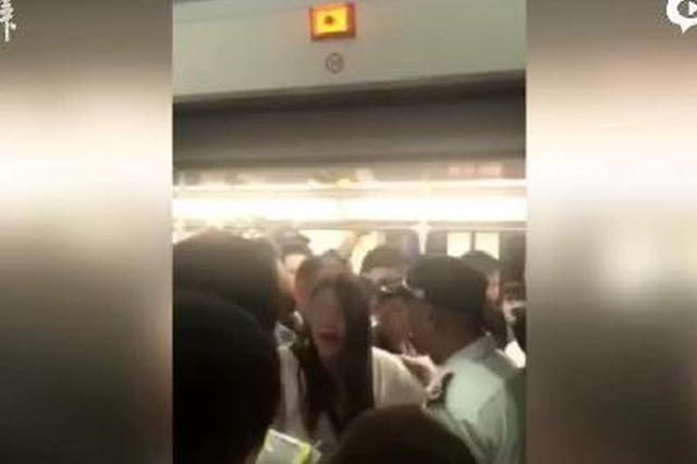 女子因手机被偷扒住地铁门不放 地铁方:耽误了5分钟