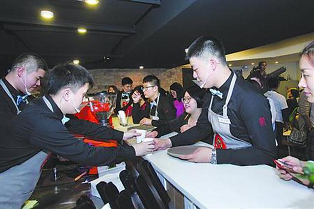 上海孤独咖啡馆重新开业 九旬指挥家为孩子每周独奏