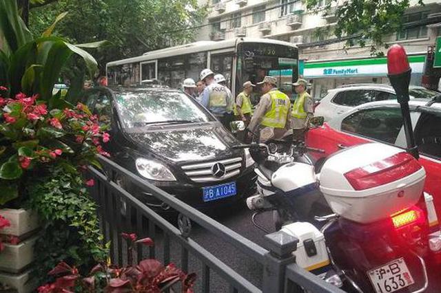 驾驶员开套牌奔驰被查时逃逸 撞断民警三根肋骨被拘