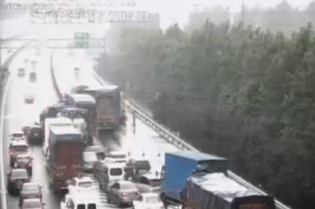 京沪高速两辆货车追尾 后车司机被卡受伤满脸是血