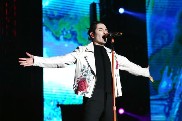 萧敬腾上海演唱会出意外 大雨断电升降梯卡在半空中