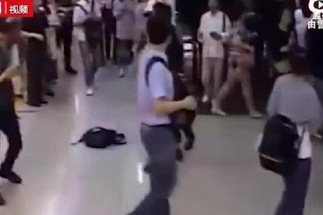两男子在地铁下客时拥挤推搡 站台上互殴双双被拘
