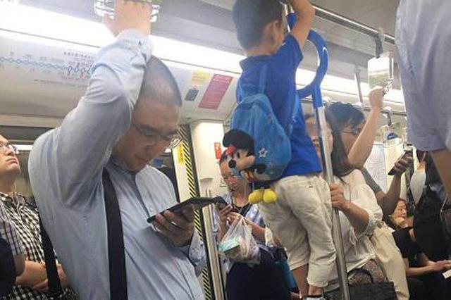 轨交9号线上男孩攀爬扶手上蹿下跳 母亲一旁不管不顾