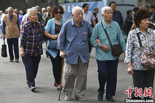 资料图:退休教师们参加活动。 中新社记者 泱波 摄