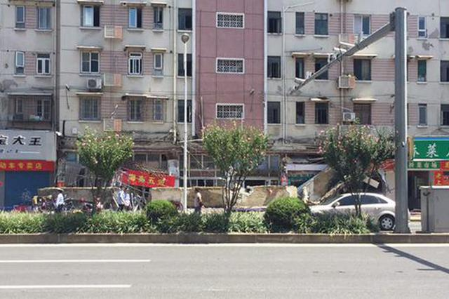 杨浦一沿街商铺招牌整体坍塌 一人被压不幸死亡