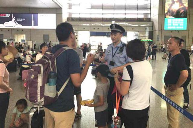 沪三大铁路客运站暑运以来捡到走丢孩子上百名