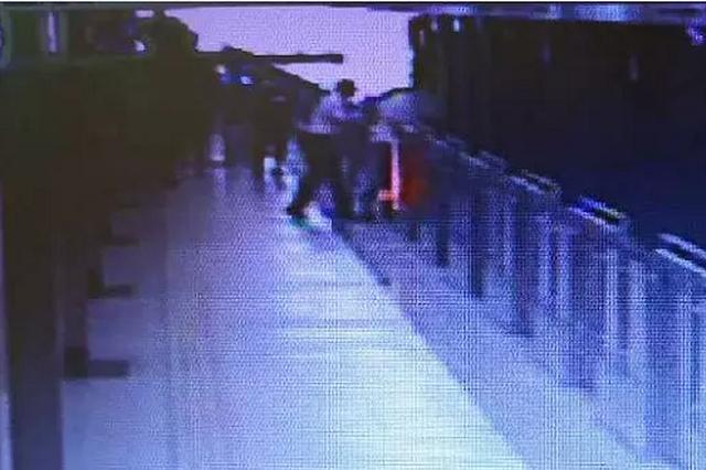 地铁锦江乐园站一男子欲跳轨轻生 站务员及时伸手拉住