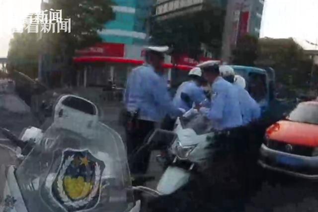 出租车司机为逃3分扣罚 逆行逃跑5公里
