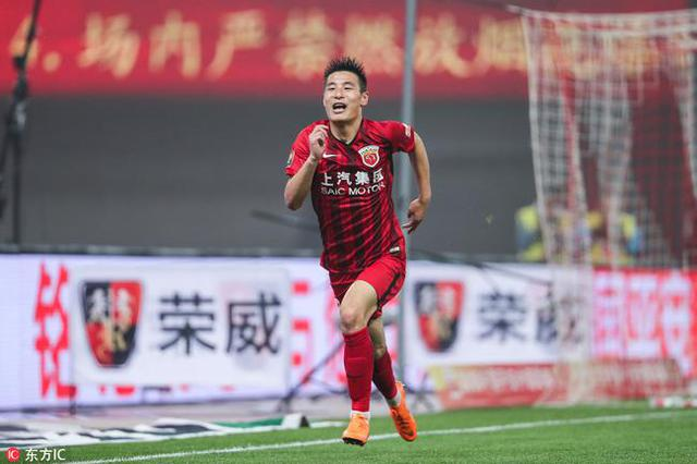 武磊89球加冕中超历史射手王 披纪念球衣绕场庆祝