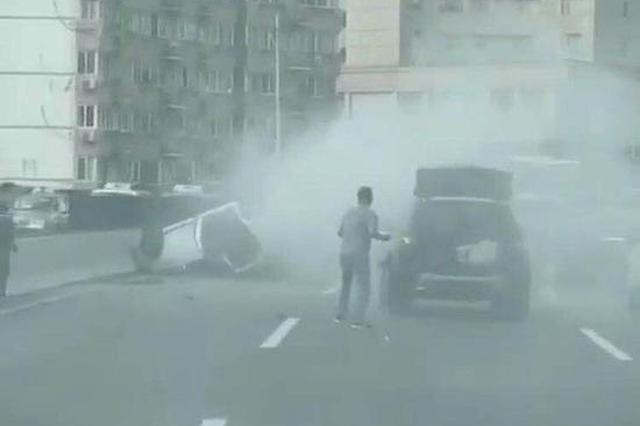 警方辟谣上海延安高架两车相撞发生爆炸:碰擦事故