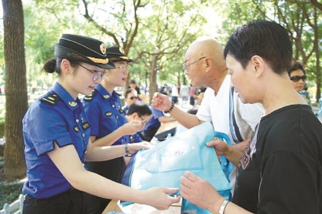 上海90后城管超700人 海归硕士想让家乡变得更有温度