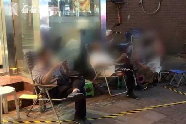 光明邨上演疯狂排队 有人自带躺椅占位等10小时买月饼