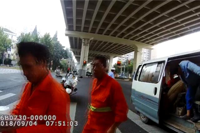 上海严查车辆超载 7座面包车塞进22个人被查