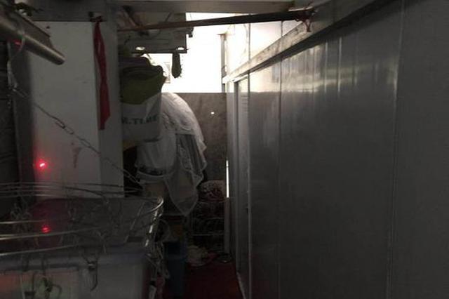 松江象屿品成小区垃圾房被改成住所 隔成三间房住人