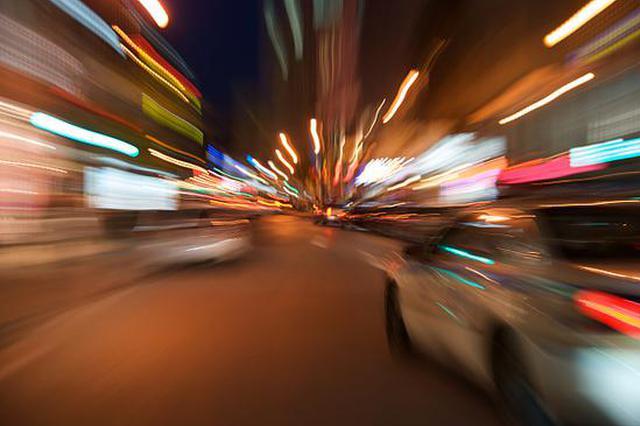 半挂车进翔殷路隧道前突然倒车 司机被记12分罚200元