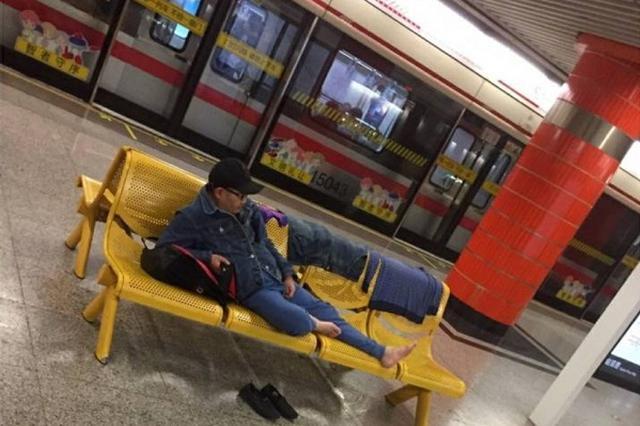 新闸路地铁站台有人晾衣睡觉 称太累了想休息一会