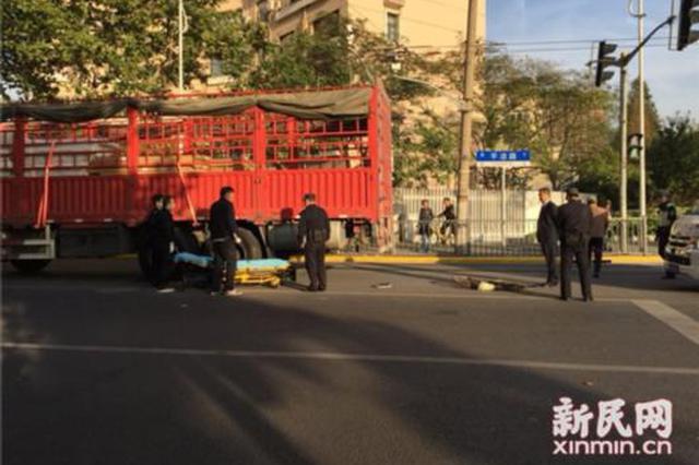 军工路路口一大货车撞自行车 骑车男子遭碾压身亡