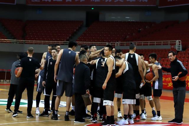 上海男篮主场战胜新疆队 全队5人得分上双