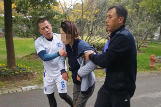 三名浦东足球队员比赛间歇见义勇为 救起一名落水女子