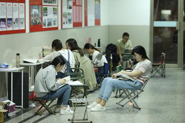 来沪应届生平均期望月薪达12070元 网友评论两极分化