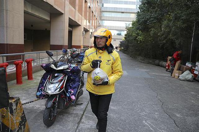 上海外卖员温暖与辛酸:有人日行3万步 有人一次爬26楼