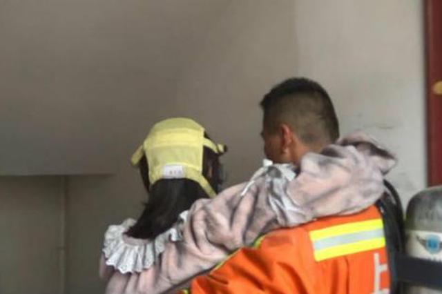 金山一孕妇被困火场 消防员浓烟中让出防护面罩