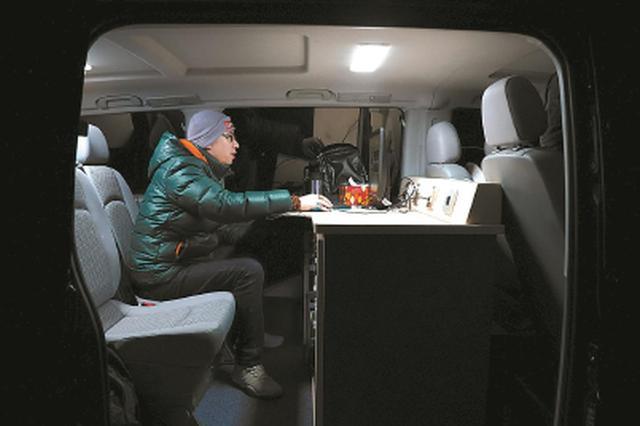 工程师在无线电监测车上测向。均 司占伟 摄