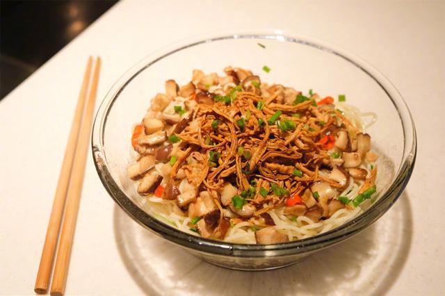 豪华升级版葱油鸡丝拌面,吃起来口感特丰富!