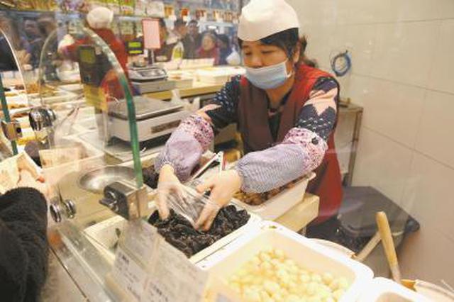 淮海路酱菜店日均销售3.4万元 高峰时排队半小时