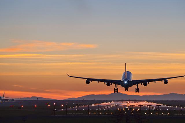 网曝成都飞上海航班降落后一女乘客被带走 东航回应