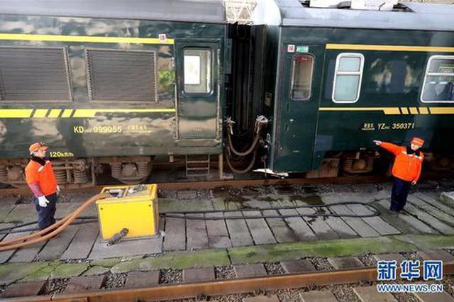 上海火车站卸污工日均清污16吨:旅客舒服脏点累点没啥