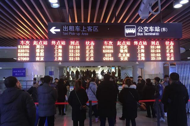 火车站扬招出租车不打表起价百元 违规车巡逻车打游击