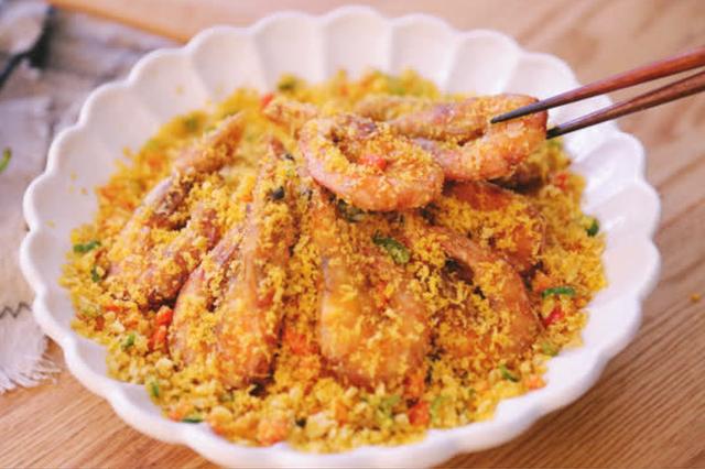 金黄酥醋的避风塘炒虾的做法