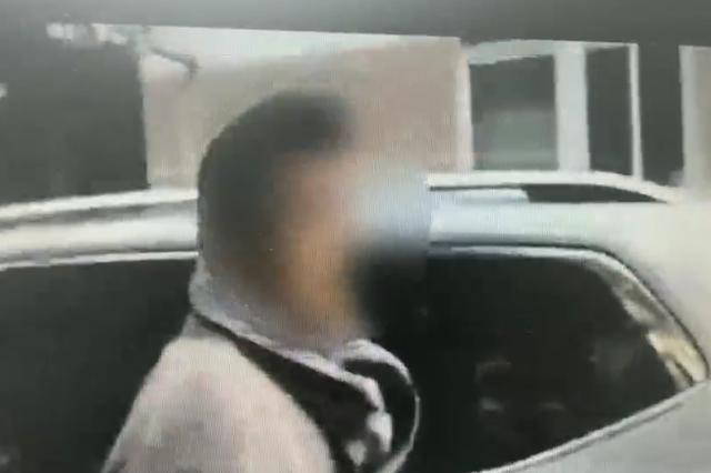5元停车费引纠纷 男子怒砸停车设备殴打小区保安被拘