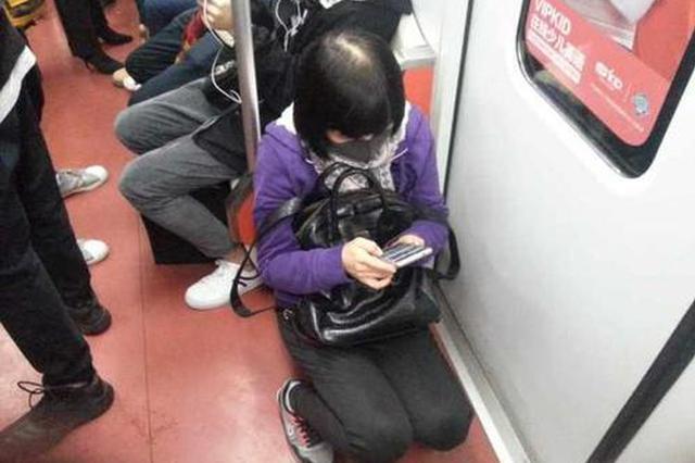 上海地铁出台应对板凳族新措施 车厢张贴警示语引热议
