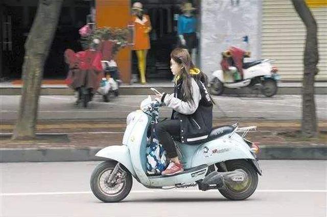 网传骑电动车需考驾照系谣言 致沪上多个上牌点排长队