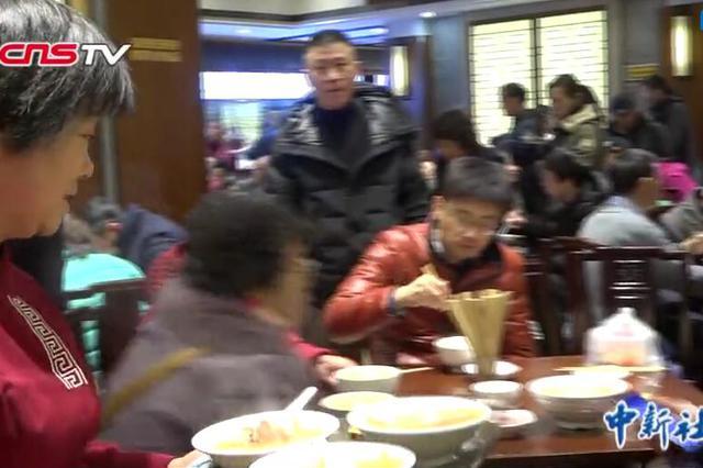 沪上刀鱼面刀鱼馄饨依旧热销 部分食客排队1小时尝鲜