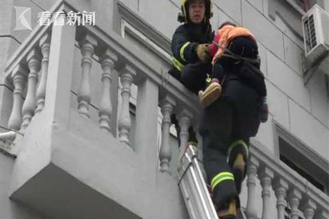 3岁女孩从三楼窗户坠落二楼阳台 消防紧急救援