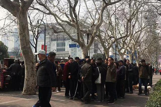 上海街头股市沙龙火爆:有人卖炒股秘籍有人看到4200点