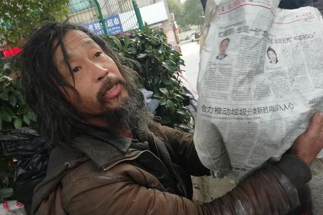 视频:网红流浪者街边看书受网友追捧 非复旦毕业生