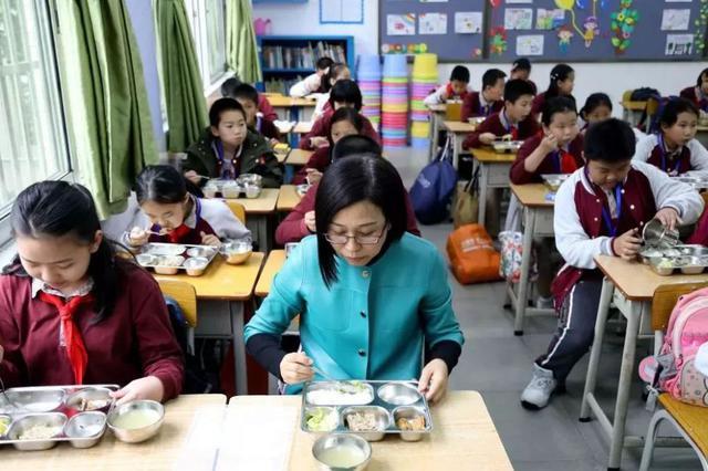 沪上部分学校执行陪餐制度 家长:希望推进明厨亮灶