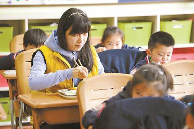4月起中小学和幼儿园将施行陪餐制 及时发现解决问题
